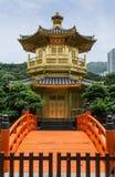 完美金黄亭子在南连家庭院,香港里 免版税图库摄影