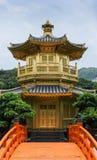 完美金黄亭子在南连家庭院,香港里 图库摄影