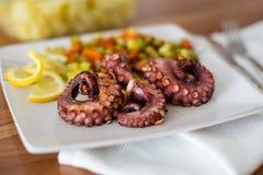 宏指令接近与菜的章鱼开胃菜 库存图片