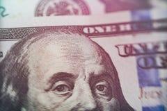 宏指令接近本富兰克林在美元票据的` s面孔 库存照片