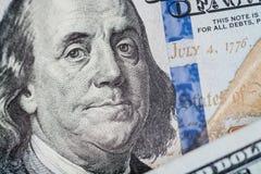宏指令接近本富兰克林在美元票据的` s面孔 免版税图库摄影