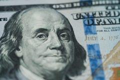 宏指令接近本富兰克林在美元票据的` s面孔 免版税库存照片
