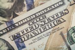 宏指令接近本富兰克林在美国100美金的` s面孔 免版税图库摄影