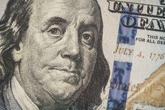 宏指令接近本富兰克林在美国100美金的` s面孔 免版税库存图片