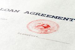 宏指令 真正货币bitcoin红色邮票在一个财政文件的 贷款协议,署名在真正的板料打印 库存图片