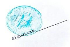 宏指令 蓝色bitcoin邮票和署名在一张白色纸片 任何真正财政文件的概念与一条隐藏杂种狗的 库存图片