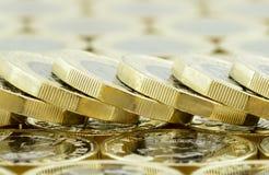 宏指令下落的堆新的英国一1英镑硬币 库存图片