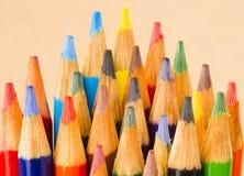 宏指令接近的木多支颜色艺术供应铅笔 免版税图库摄影