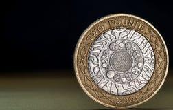 宏指令接近英国两1英镑硬币 免版税库存照片