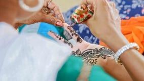 宏观大师在印度得出与无刺指甲花的样式在手指 股票视频