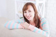 宏观妇女面孔 微笑的中年妇女在家背景画象  更年期 选择聚焦 母亲节和夏时 库存图片