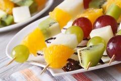 宏观新鲜水果桔子、猕猴桃、的葡萄和的梨 免版税库存照片
