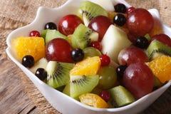 宏观桔子、猕猴桃、的葡萄和的莓果沙拉  水平 免版税库存图片