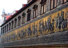 宏观照片有历史建筑纪念碑的背景,王子`墙壁上的`队伍,迈森p墙壁壁画  免版税库存图片