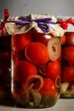 宏观玻璃瓶子用自创罐装蕃茄 免版税库存图片