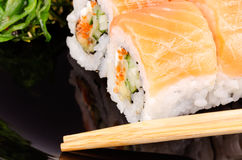 宏观的寿司和的筷子 免版税库存照片
