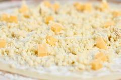 宏观看法在薄饼外壳的被洒的乳酪 库存图片