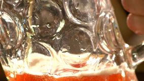 宏观看法填装用强麦酒的起波纹的啤酒杯 股票视频