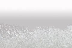 宏观看法肥皂的泡影泡沫 suds和阵雨纹理 米黄白色梯度背景 水平,软的焦点 免版税图库摄影