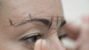 宏观美容师在客户眼眉附近画螺纹 影视素材