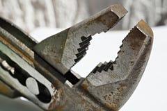 宏观细节有它可调整的有齿轮头的老生锈的钳子在被隔绝的背景 库存图片