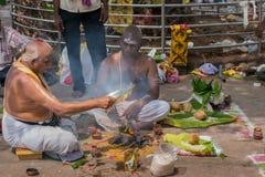 宗师在Amma曼达帕姆进行仪式 库存图片