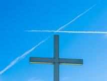 宗教十字架和十字架在天空 免版税库存照片