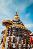 宗教在泰国 菩萨位置金黄寺庙祈祷的 的btu 宗教符号 旅行 库存照片