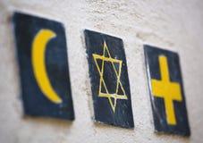 宗教标志:伊斯兰教的月牙,犹太大卫的星,基督徒十字架 免版税图库摄影