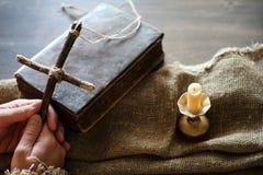 宗教汤姆书十字架粗麻布 免版税库存图片