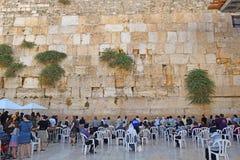 宗教犹太人,祈祷在哭墙,妇女的区段,耶路撒冷 库存图片