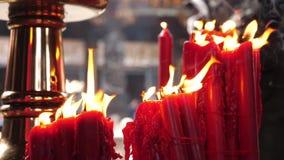 宗教红色在风在龙山寺,台湾台北的蜡烛火灼烧的跳舞 股票视频