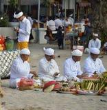 宗教节日的Pemangku教士在一个晴朗的夏天早晨 库存照片