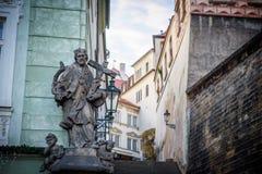 宗教雕象在布拉格巷道 免版税库存图片