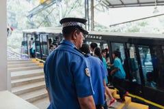 官员保护游人在单轨铁路车驻地免受升旗山在乔治市 马来西亚槟榔岛 图库摄影
