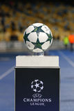 官员在垫座的欧洲联赛冠军杯matchball 库存图片