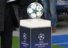 官员在垫座的欧洲联赛冠军杯matchball 免版税库存照片