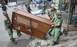 官员定购了在独奏路旁印度尼西亚城市卖的摊位供营商,中爪哇省 免版税库存照片