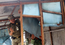 官员定购了在独奏路旁印度尼西亚城市卖的摊位供营商,中爪哇省 免版税库存图片