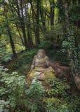 宙斯雕象在Parc Mondo Verde folies森林里  免版税库存图片