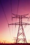 定向塔和电缆看起来象艺术的安装 免版税库存照片