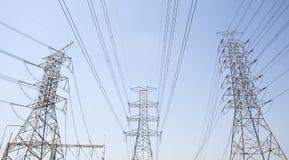 定向塔和输电线在日落 库存图片