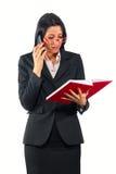 定在她的日志的移动电话的女实业家一次约会 免版税库存图片