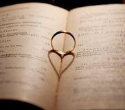 定婚戒指和书 免版税库存图片