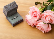 定婚戒指和桃红色玫瑰 免版税图库摄影