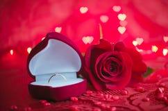 定婚戒指和红色玫瑰 免版税库存图片