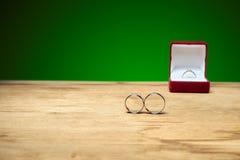 定婚戒指在桌和后方订婚上 向量例证