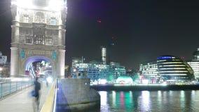 定期流逝射击在伦敦塔桥梁的街道交通 股票视频