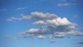 定期流逝,云彩高在天空蔚蓝 新鲜空气和阳光在大气 影视素材
