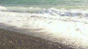 定期膝部天蓝色的海波浪在岸爬行 股票录像